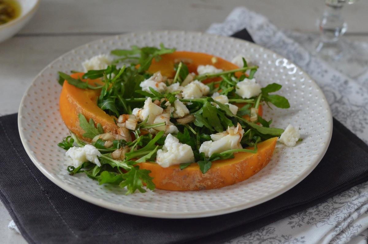 Dampfgaren: Kürbisspalten auf Mozzarella-Rucola-Salat