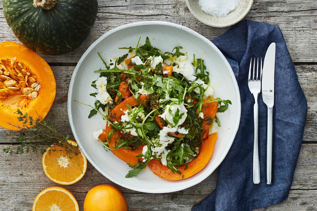 Gedünstete Kürbisspalten mit Salat